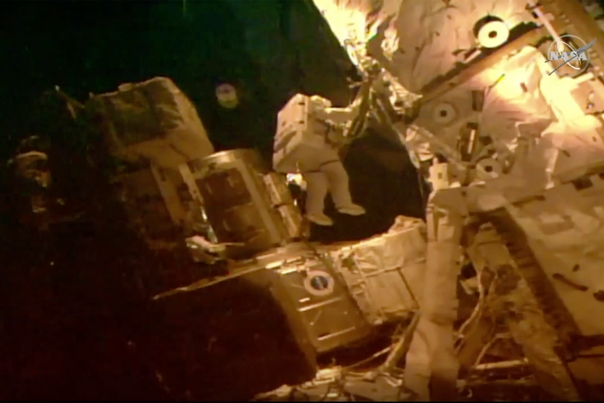 Astronauts squeeze in last spacewalk before SpaceX departure