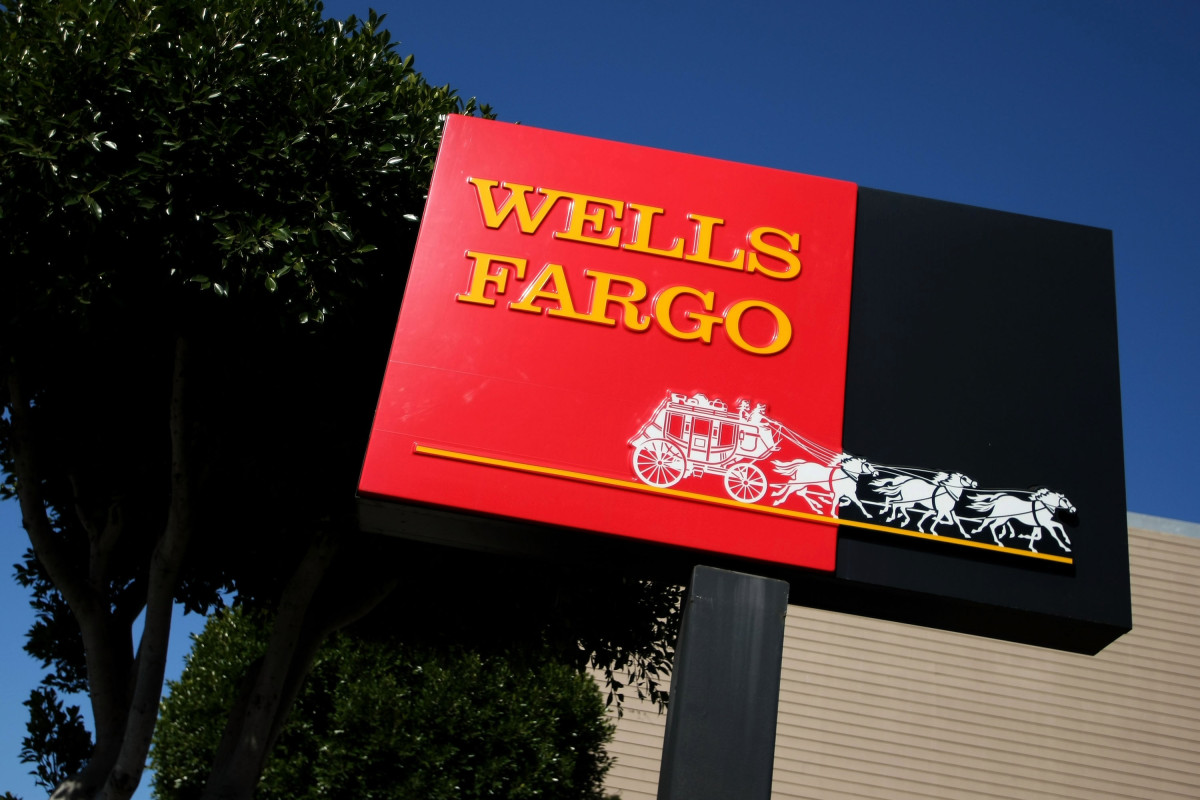 Wells Fargo swings to a massive loss as coronavirus crimps turnaround