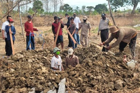 Unidentified Indonesians forced to dig graves for Kovid-19 victims