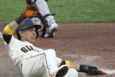 The San Francisco Giants beat the Diamondback 4-2