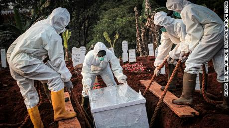 A coffin infected with the corona virus was buried in the East Jakarta city of Indonesia.