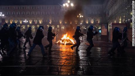 Keavid -19 restrictions, the anger of protesters with police vard'dhikkunnatinite played in northern Italy,