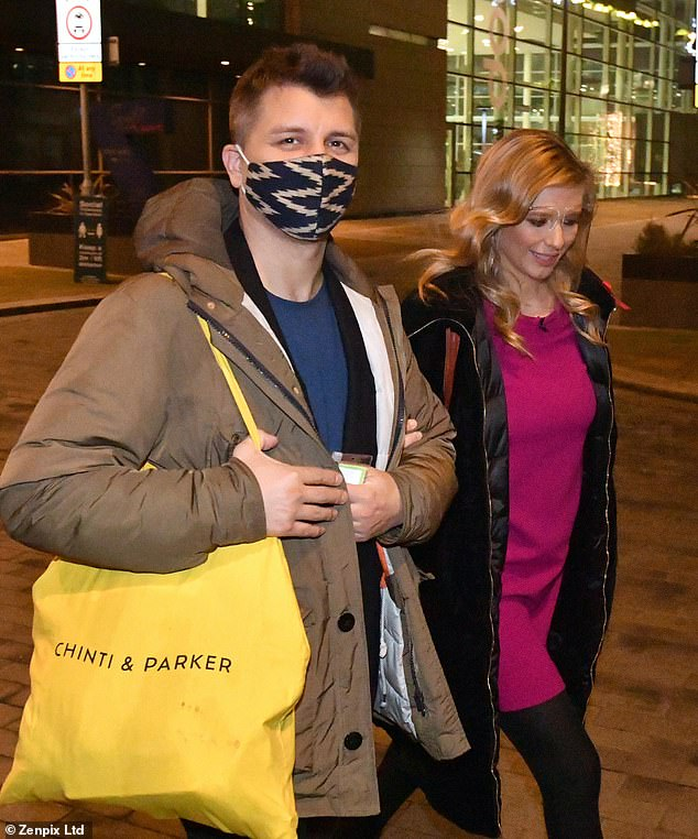 Keep Warm Warm: The professional dancer wore a warm jacket in a green jacket and picked up a yellow tote bag.  The corona virus covered the face during the pandemic.