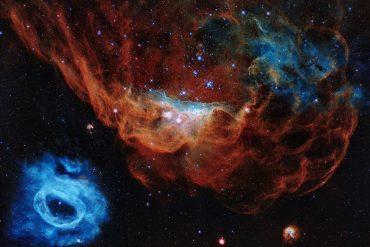 Na sliki je velikanska meglica NGC 2014 in sosednja NGC 2020