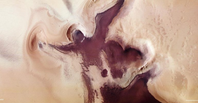 "Ahead of Christmas, the Mars spacecraft ""Shape of Angels"" near the South Pole"