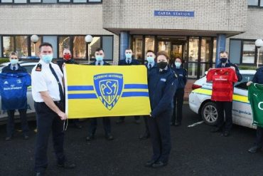 Irish police officers raise the flag of ASM Clermont Auvergne to show the gender of the slain
