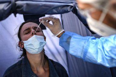 Une femme se fait tester à Paris, comme des centaines de milliers d'Européens chaque jour.