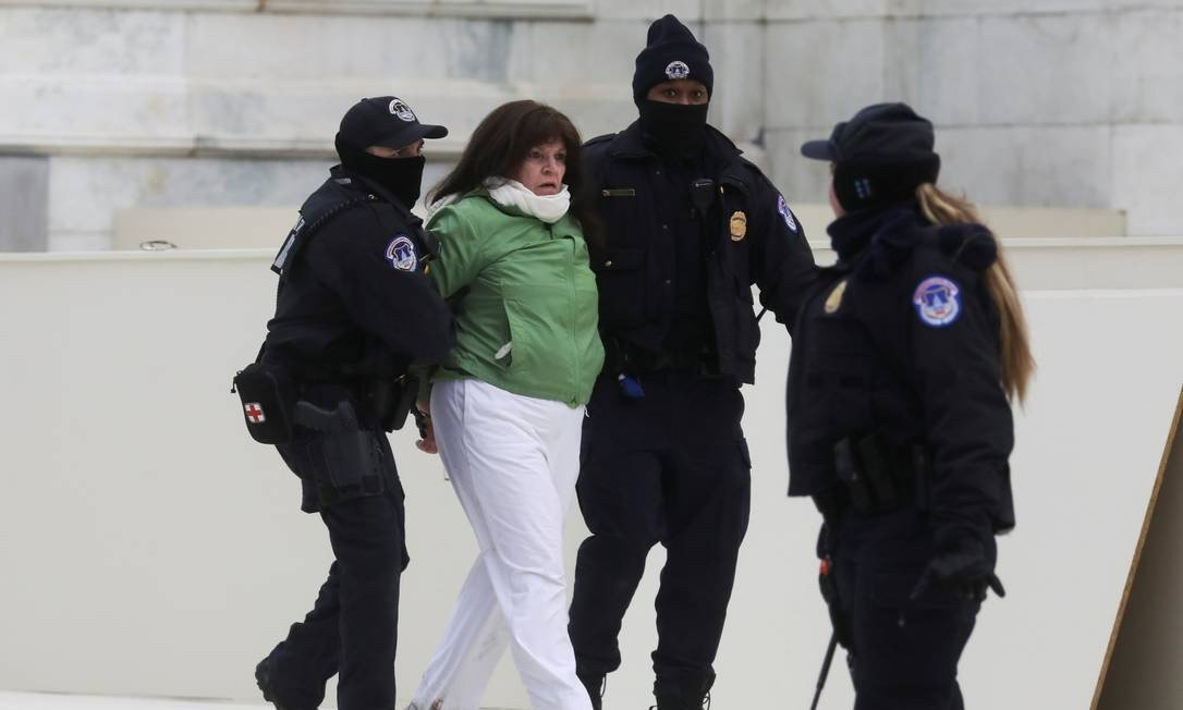 Police arrest a woman after a confrontation with supporters of US President Donald Trump outside the US Congress during the confirmation of the victory of Democrat Joe Biden Photo: Lee Millis / REUTERS