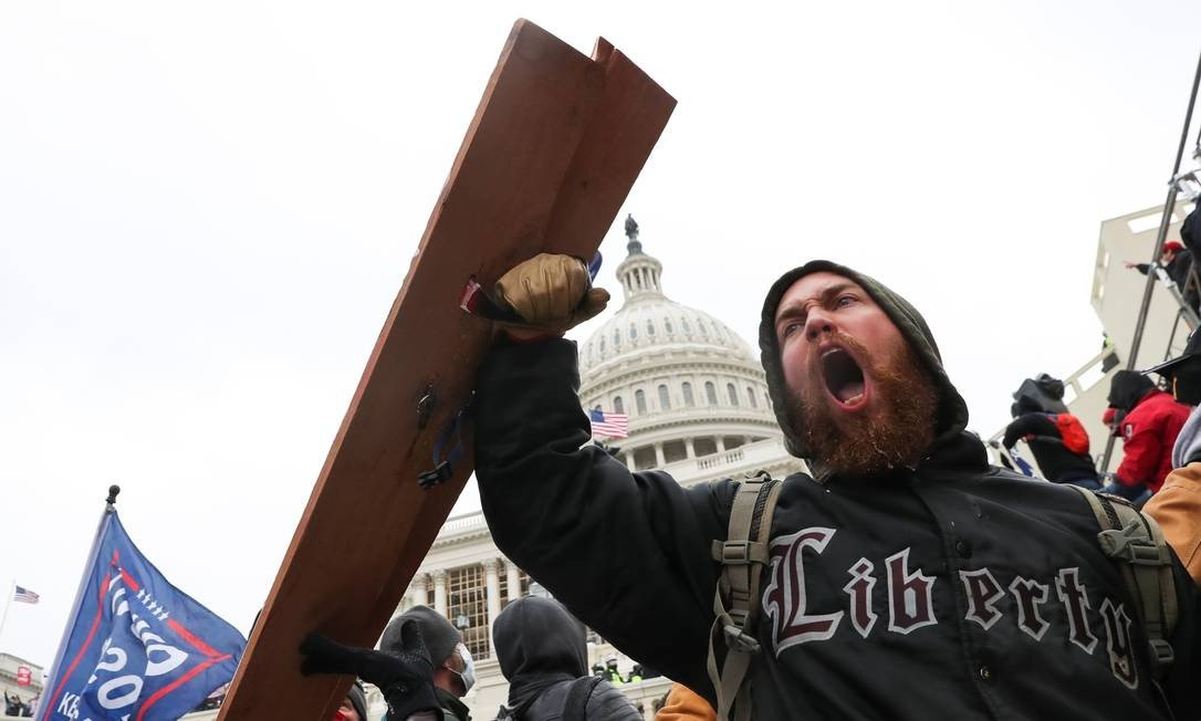 Someone shouts as Trump supporters gather in front of the Congress building Photo: LEAH MILLIS / REUTERS