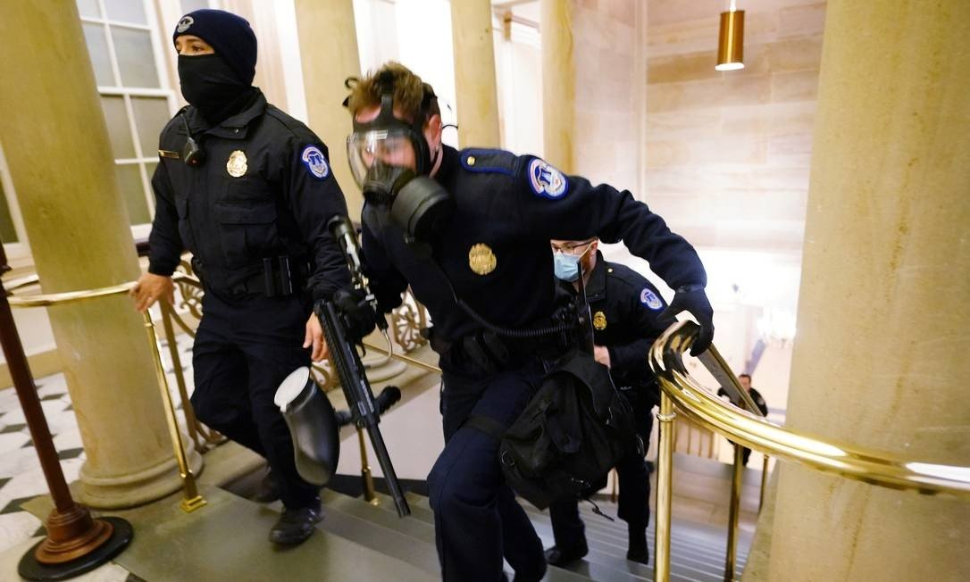 Capital police officers take positions as protesters attack the building Photo: POOL / REUTERS