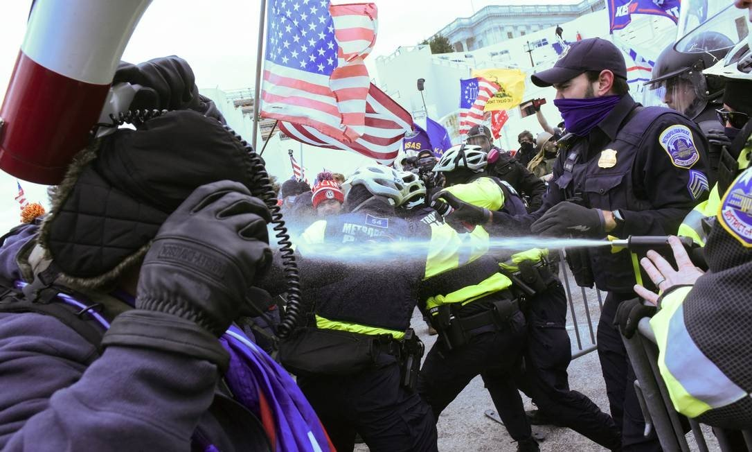 Police use pepper spray against Donald Trump supporters who tried to attack Congress on Wednesday Photo: Stephanie Keith / REUTERS