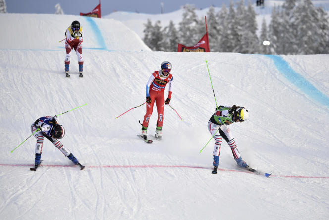 Alice Barron, the eventual winner on the right and Mariel Berger-Sabatel on the left, had to separate in the photo finish after the Skycross stage final in Idre Foil.