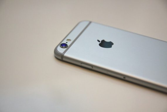 A group of people have filed a lawsuit against Apple for one billion pesos, alleging that the programming on the iPhone 6 is outdated.