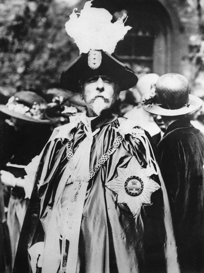 Basil Saharoff, an arms dealer, wore a nightgown to the Order of the Bath in England in 1925.