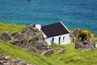 """Ireland, """"The Guardians Wanted a Distant Island"""": Job Advertising Needs Jump in Applications"""