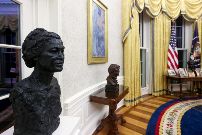 Busts of Rosa Parks and Abraham Lincoln at the Oval Office in the White House on January 21, 2021.