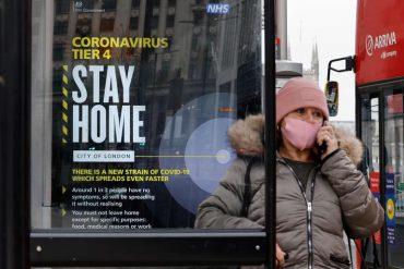 Un cartel advierte contra la nueva cepa del virus en Londres, este martes.