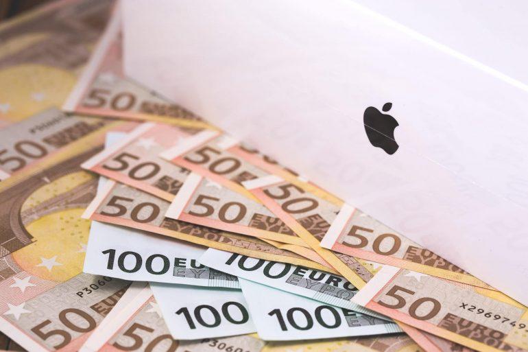 MacBook Pro e notas de euro (dinheiro)
