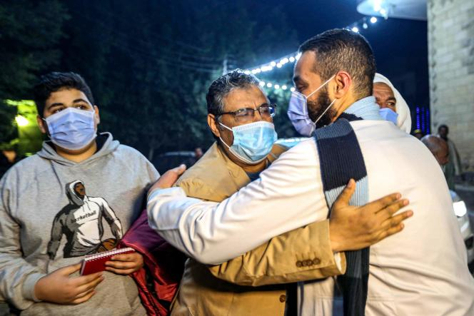 After his parole on February 6, journalist Mahmoud Hussain (center) was welcomed by relatives.  He has been in pre-trial detention in Cairo (Egypt) for four years.