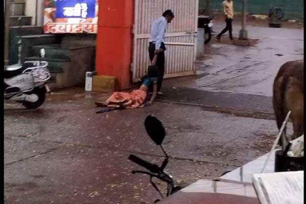 Security guard drags a woman in Madhya Pradesh