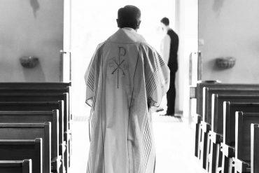 Suspendierter Priester weigert sich, Treueeid zu unterschreiben