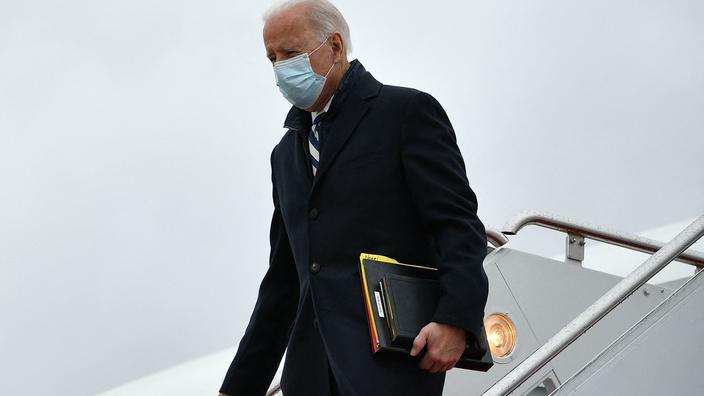 Joe Biden descendant de l'avion présidentiel Air Force One.