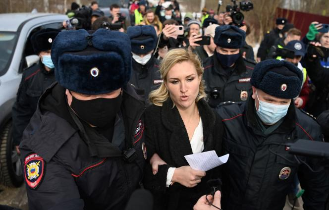 Dr. Anastasia Vasilieva of Alexei Navalny on April 6 in front of the Pokrov camp where the Russian opponent was imprisoned.  The young woman was arrested.