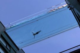 Um nadador participa de uma sessão de fotos para anunciar a nova 'sky pool'