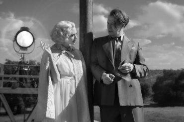 HANDOUT - Amanda Seyfried (l) und Gary Oldman in einer Szene aus «Mank». Foto: Uncredited/Netflix/AP/dpa - ACHTUNG: Nur zur redaktionellen Verwendung bis zum 29.03.2021 im Zusammenhang mit einer Berichterstattung über den Film und nur mit vollständiger…