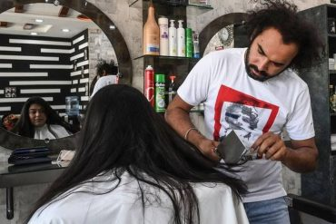 This original hairdresser cuts his clients' hair with a chopper or blowtorch - West-France Evening Edition