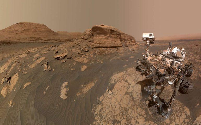 Une mission pour Curiosity : partir à la recherche de sels organiques sur Mars qui pourraient éclairer sur une vie possible sur la Planète rouge. (En photo, Curiosity pose devant le mont Mercou). © Nasa, JPL-Caltech, MSSS