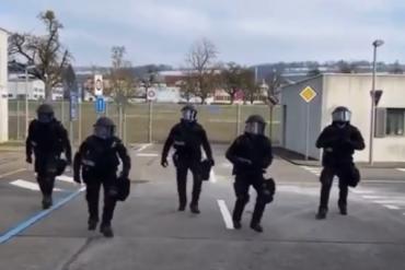 Swiss police challenge a Garda Savocana with a dance