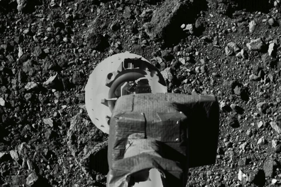 NASA spacecraft collects rock samples on the asteroid Benu.  Photo: NASA