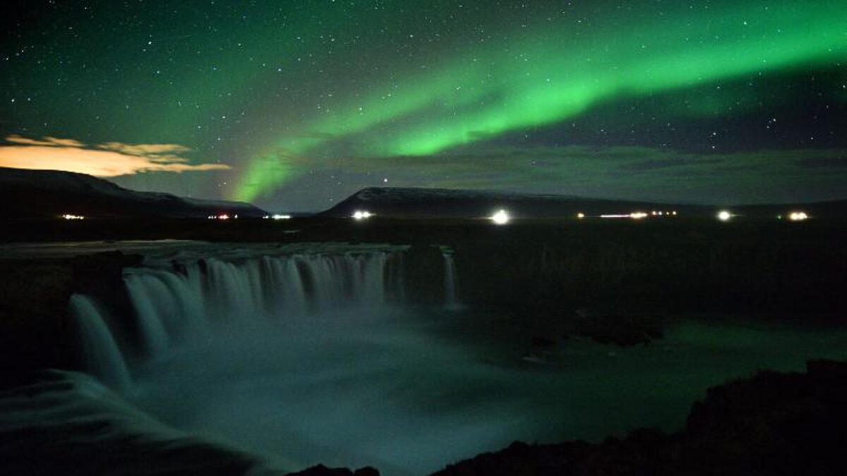 Successfully demonstrates the origin of northern lights