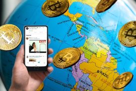 Globo terráqueo con énfasis de Suramerica, lluvia de bitcoins y mano sosteniendo teléfono con Twitter.