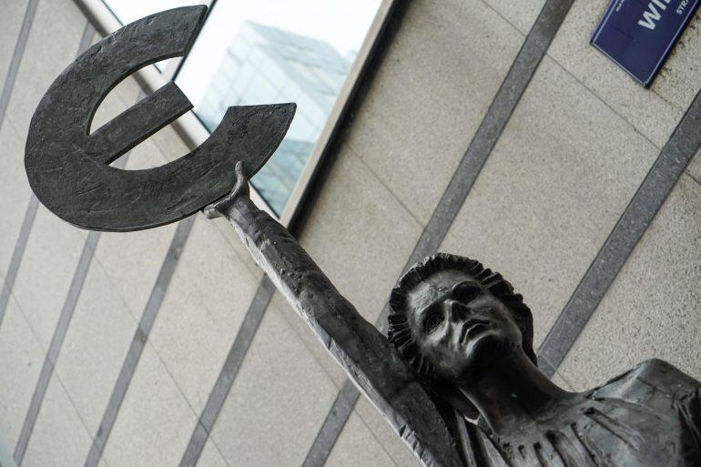 """Statue """"Europa"""" vor dem Europäischen Parlament in Brüssel."""