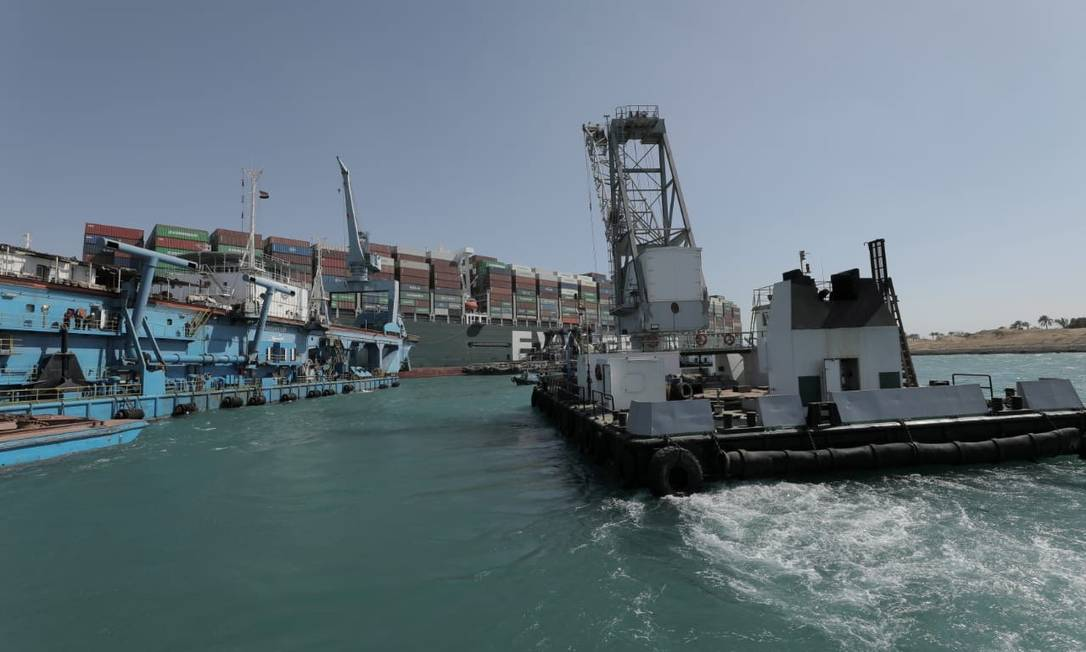 Digger ship working to free ship ever delivered Photo: HANDOUT / VIA REUTERS