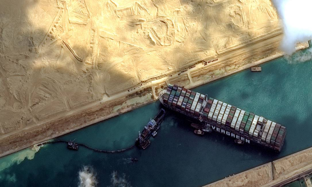 Aerial view of the isolated Suez Canal: Photo: Digital Globe / Scapeware 3D / Digital Globe / Getty Images