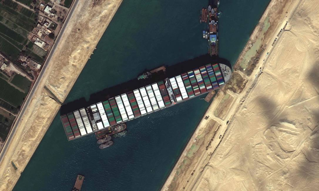 Tugboats and dredgers trying to free a ship that started the global logistics crisis Photo: - / AFP