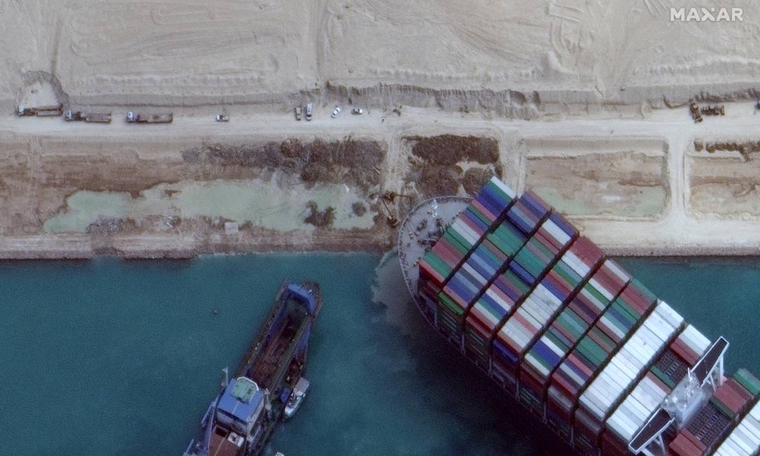 A giant ship got stuck and blocked the Suez Canal from going to one of the most important commercial routes in the world.  Photo: By Maxar Technologies / REUTERS