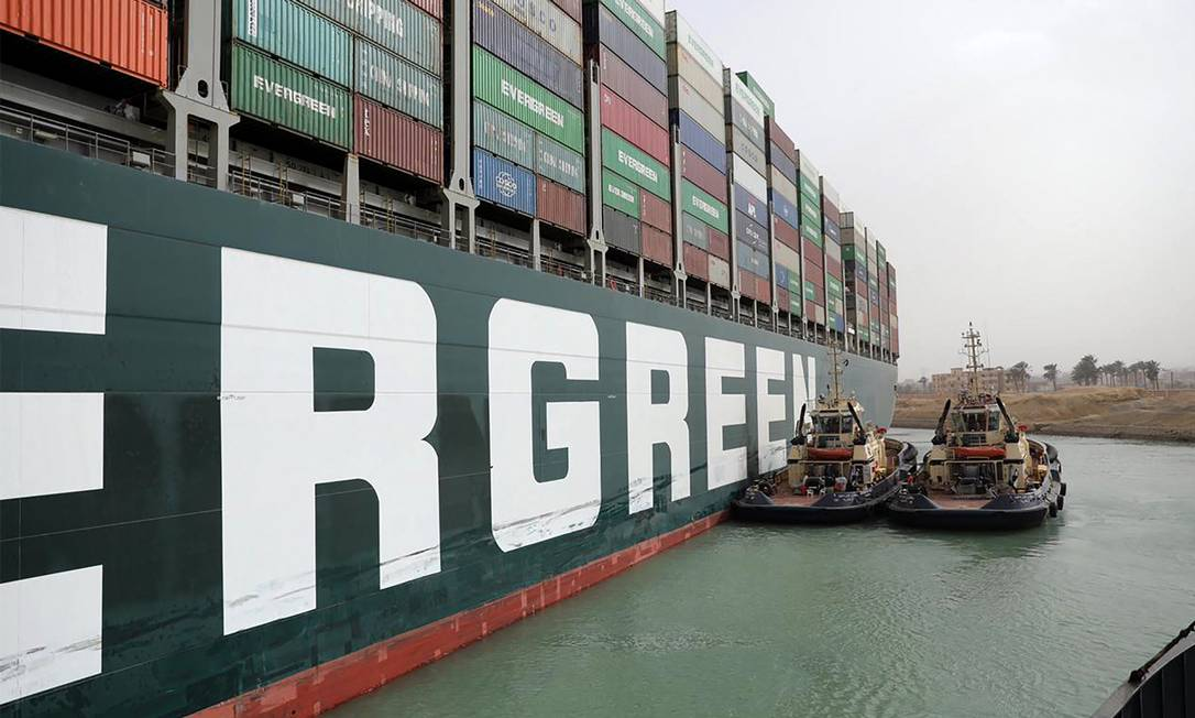 Egyptian tugboats work to release MV Ever Given (Evergreen) Photo: - / AFP