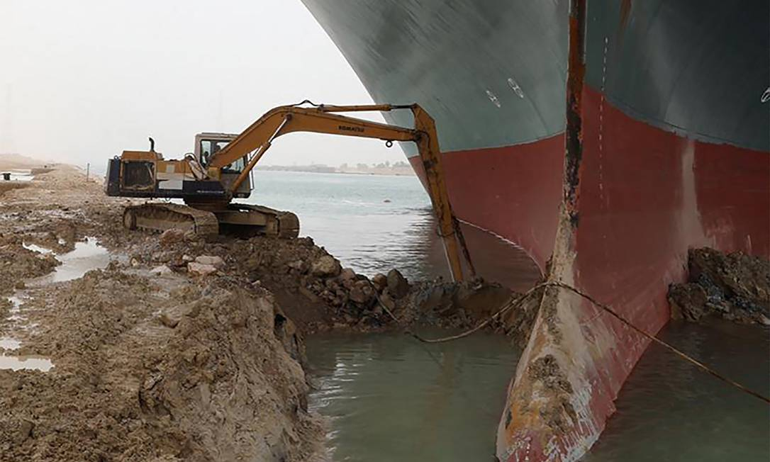 The excavator was used to release the bulb of the ship that landed on the Suez Canal: Photo: - / AFP