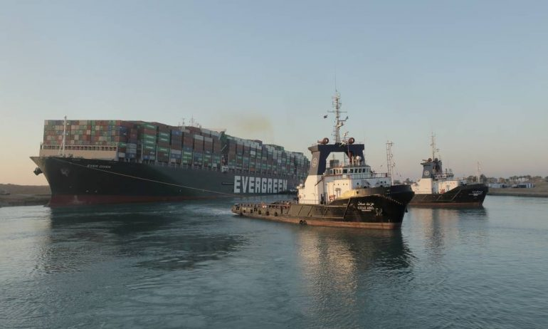 Evergreen tugboats line the Suez Canal.  According to the Suez Canal Authority (SCA), the megaship has begun to partially rise to 80% & # 034;  In the right direction & # 034;  Photo: HANDOUT / VIA REUTERS