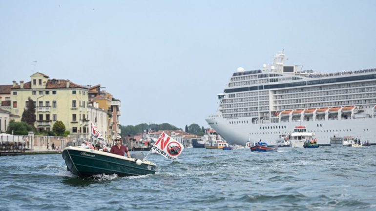In a controversial atmosphere, Venice reopens its lake for cruises