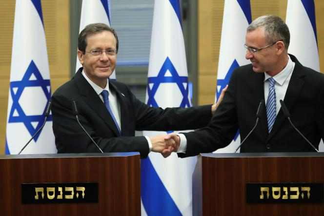 Isaac Herzog serves the main Yariv Levin, the President of the Knesset, the 2 Jun 2021, é Jsalem.