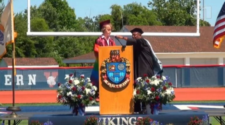 Student interrupts graduation speech while talking about being LGBTQIA + in the US;  Watch Video    The world