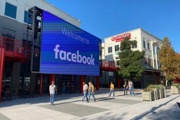 Funcionários do Facebook caminham pelo pátio do campus da empresa em Menlo Park,