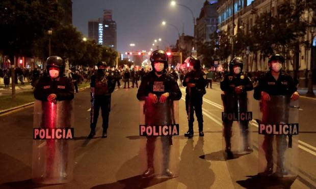 In Lima, Peru, police block a street to prevent clashes between candidate Keiko Fujimori and Pedro Castillo Photo: Alessandro Cinque / REUTERS