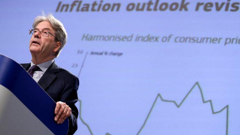 Le commissaire européen à l'Economie, Paolo Gentiloni, appelle à encore accélérer la vaccination pour qu'une quatrième vague n'entrave pas la reprise.