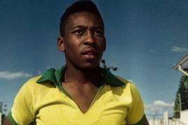Ein Foto des brasilianischen Fußballstars Pelé in jungen Jahren. Er trägt das gelbe Trikot der brasilianischen Nationalmannschaft. (Courtesy Netflix)